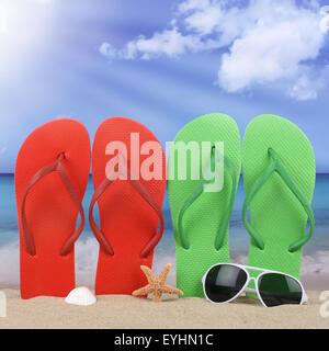 Scena di spiaggia con le infradito sandali di sole in estate in vacanza Foto Stock