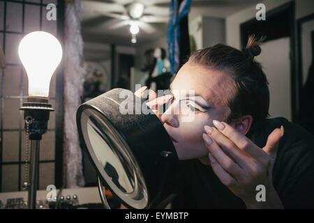 Maschio di drag queen mettendo su make up e vestirsi in prepration per una performance