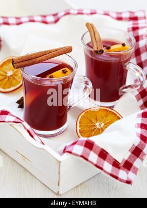 Vin brulé con spezie e fetta d'arancia Foto Stock