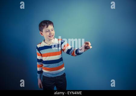 Ragazzo adolescente aspetto europeo dieci anni iscritto nell'aria su Foto Stock