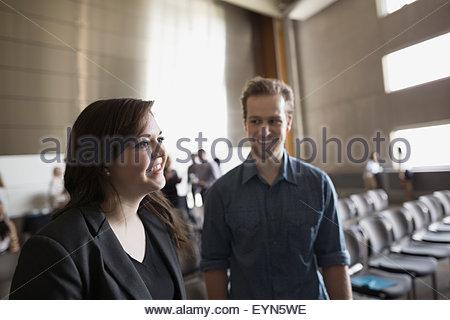 Sorridendo gli studenti in auditorium Foto Stock