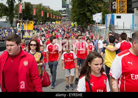 I tifosi di calcio vestito di rosso Arsenal colori voce per lo stadio di  Wembley per fc5f416f4d7