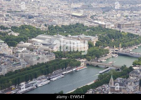 Vista Nord Est dalla cima della Torre Eiffel guardando verso il Grand Palais des Champs-Élysées e Petit Palace. Foto Stock