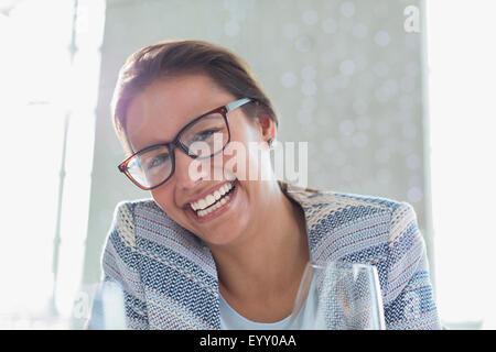 Ritratto imprenditrice entusiasta con occhiali Foto Stock