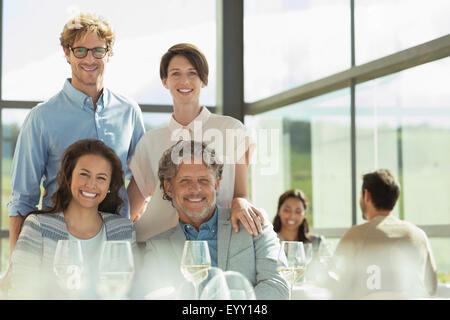 Ritratto sorridente amici nel soleggiato ristorante