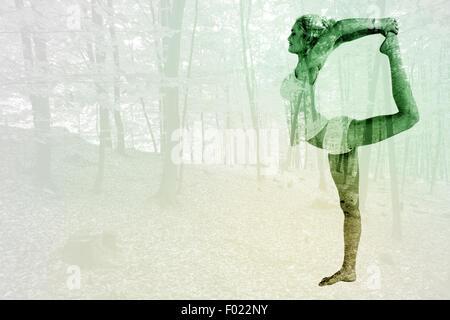 Immagine composita della donna sportiva stretching corpo mentre in equilibrio su una gamba Foto Stock