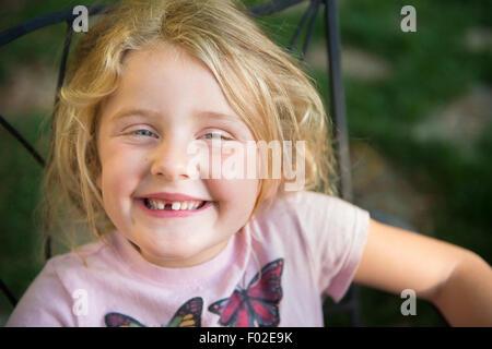 Ritratto di una ragazza con sorriso toothy Foto Stock