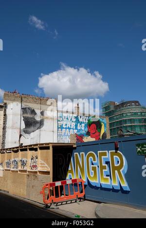 Arte di strada e costruzione palizzata sul sito di riqualificazione in Shoreditch East London REGNO UNITO 2015 KATHY Foto Stock