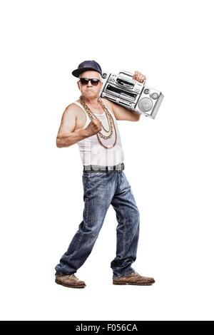 A piena lunghezza Ritratto di un uomo maturo in hip-hop outfit tenendo un  ghetto 825aa42d287f
