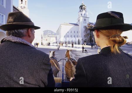 Vista posteriore di due uomo e donna seduta nella cabina di cavallo, Salisburgo, Austria Foto Stock
