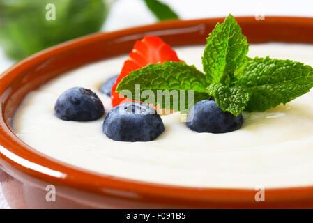 La semola liscia porridge servito nel piatto di terracotta con frutta fresca