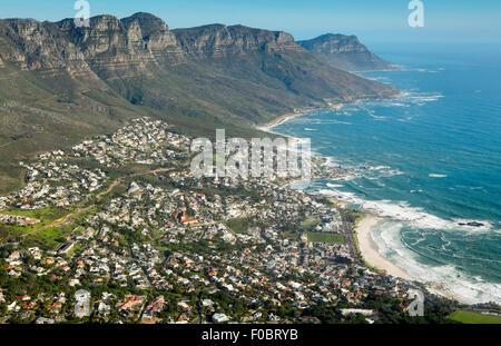 Vista aerea di Camps Bay e la Penisola del Capo da Lions Head Foto Stock