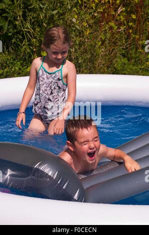 2 bambini il raffreddamento durante le calde estati giorno Foto Stock
