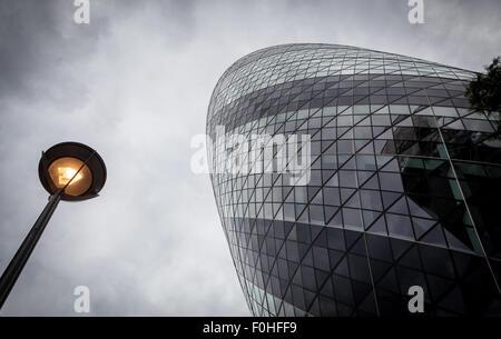 Guardando verso l'alto 30 St Mary Axe Foto Stock