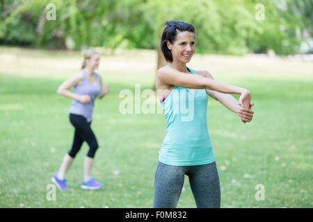 Due donne stretch, warm up Foto Stock