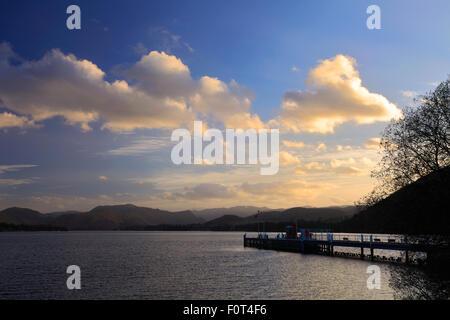 Sunset over Ullswater, Pooley Bridge village, Parco Nazionale del Distretto dei Laghi, Cumbria County, Inghilterra, Foto Stock