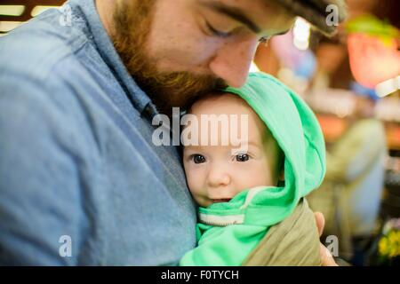 Padre holding baby figlio, close up Foto Stock