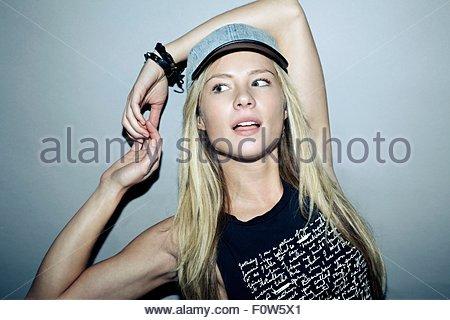 Ritratto di una giovane donna che indossa il cappuccio di pallacanestro, guardando lontano Foto Stock
