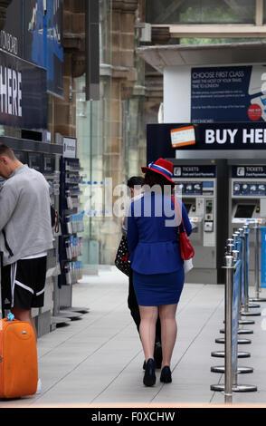 Donna vestita di patriottico costume di inglese a Sheffield stazione ferroviaria