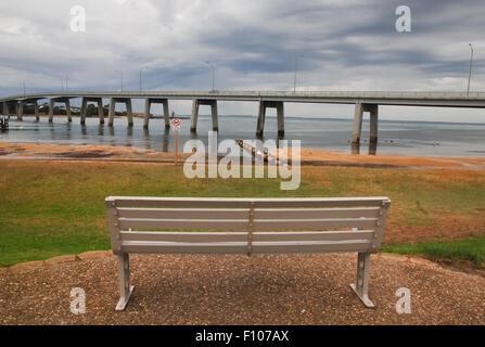 Banco vuoto in spiaggia. San Remo, Victoria, Australia. Foto Stock