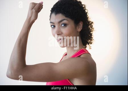 Razza mista donna muscoli di flessione