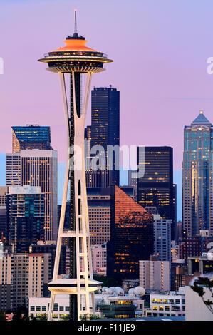 Lo Space Needle e alti edifici in Seattle skyline della città al tramonto, Washington, Stati Uniti Foto Stock