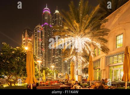 Illuminata alti edifici nel paesaggio urbano di Dubai, Dubai Emirato, Emirati Arabi Uniti