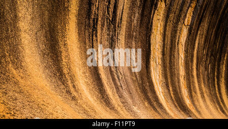 La pendenza svasata di Wave Rock in Hyden, Western Australia. Le strisce nere sono causati dalle alghe scolorimento