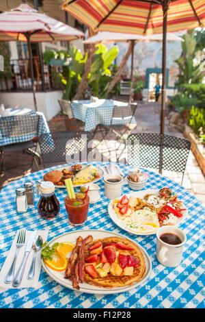 Succo di arancia chiacchiere con pancetta, Huevos Paradiso, una frittata di Paloma, caffè e un Bloody Mary, il Paradise Foto Stock
