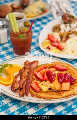 O.J.chiacchiere con pancetta, Huevos Paradiso, una frittata di Paloma, e un Bloody Mary, il Paradise Cafe, Santa Foto Stock