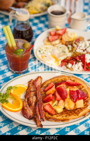 O.J.chiacchiere con pancetta, Huevos Paradiso, una frittata di Paloma, caffè e un Bloody Mary, il Paradise Cafe, Foto Stock
