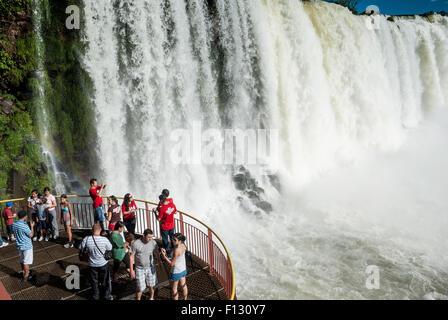Turisti in un punto panoramico, cascate, Parque Nacional do Iguaçu o Parco Nazionale Iguazu, Foz do Iguaçu, Paraná state, Brasile Foto Stock