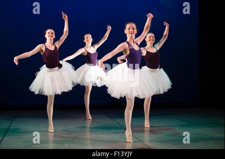 Quattro giovani 4 14 15 16 anno vecchio ragazza adolescente studente ballerini a Aberystwyth Arts Center Scuola di Ballo dancing in scena in un adattamento di JM Barrie Peter Pan. Wales UK