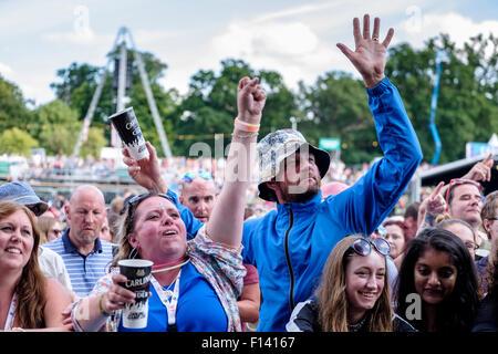 Atmosfera a V Festival Hylands Park il 23/08/2015 a Hylands Park, Chelmsford. Nella foto: la folla come i ciarlatani Foto Stock