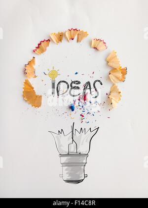 Disegnato a mano lampadina luce word design idea con la matita di segatura di legno su sfondo della carta come concetto Foto Stock