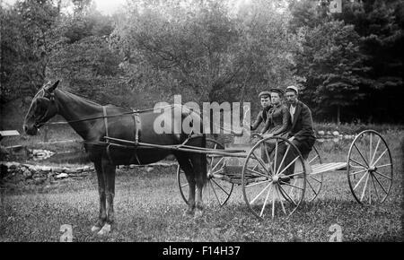 1890s due donne un uomo di equitazione a cavallo e carrozza Buggy guardando la fotocamera Foto Stock