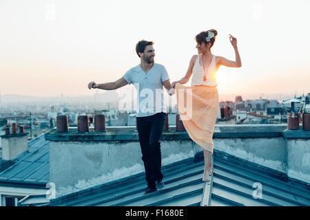 Parigi, giovane camminando su parigi tetti