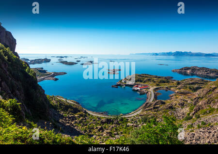 Henningsvaer Village e il blu del mare Isole Lofoten in Norvegia