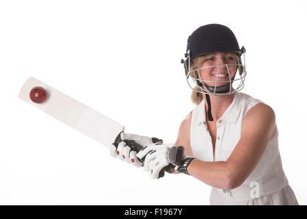 Femmina di cricket club giocatore di cricket di colpire la palla con la racchetta cricket