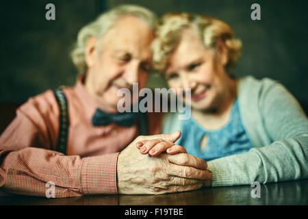 Close-up di mani di affettuosa seniors