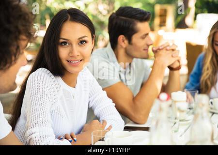 Happy amici godendo di pasto in un ristorante esterno Foto Stock