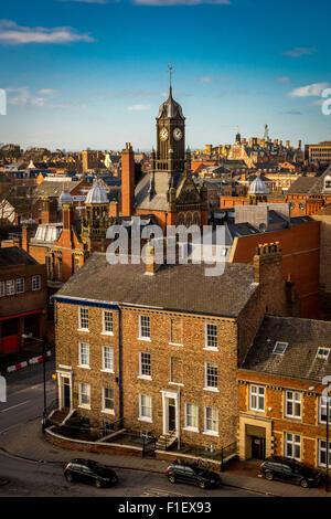 Vista dalla cima di Cliffords Tower, York: skyline della città e la torre dell orologio al Magistrato della Corte Foto Stock