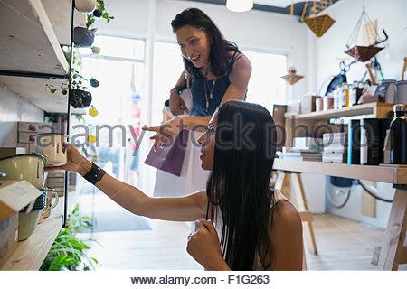 Donne shopping per articoli casalinghi in negozio Foto Stock