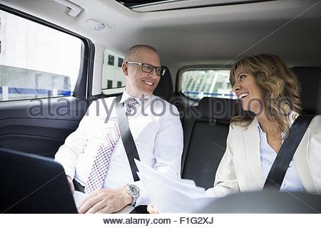 La gente di affari di lavoro auto backseat con il computer portatile Foto Stock