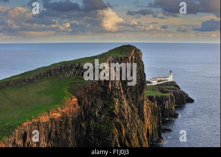 Neist Point Lighthouse al tramonto sull'Isola di Skye, Ebridi Interne, Scotland, Regno Unito Foto Stock