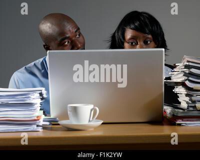 Co-lavoratori che operano sul computer portatile