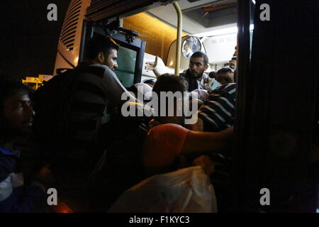 Atene, Grecia. Il 3 settembre 2015. I rifugiati rush nel bus che li porterà alla stazione ferroviaria per essere portati in Atene. Migliaia di rifugiati sono arrivati nel porto del Pireo a bordo il governo chartered Tera Jet traghetto dall'isola greca di Lesbo. Centinaia e centinaia di rifugiati, per la maggior parte dalla Siria e Afghanistan arrivare sulle isole greche ogni settimana, aggiungendo alla già numero di migliaia di profughi già sulle isole greche. Credito: Michael Debets/Alamy Live News Foto Stock