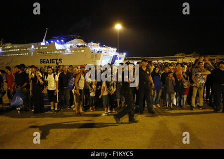 Atene, Grecia. Il 3 settembre 2015. I rifugiati di attendere presso il porto del Pireo per il bus che li porterà alla stazione ferroviaria per essere portati in Atene. Migliaia di rifugiati sono arrivati nel porto del Pireo a bordo il governo chartered Tera Jet traghetto dall'isola greca di Lesbo. Centinaia e centinaia di rifugiati, per la maggior parte dalla Siria e Afghanistan arrivare sulle isole greche ogni settimana, aggiungendo alla già numero di migliaia di profughi già sulle isole greche. Credito: Michael Debets/Alamy Live News Foto Stock