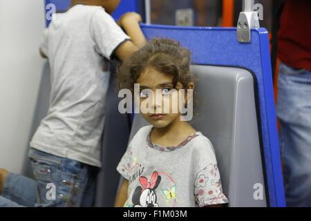 Pireo, Grecia. 03Sep, 2015. Una bambina si siede stanco in una sede sulla linea della metropolitana che vi porterà Foto Stock