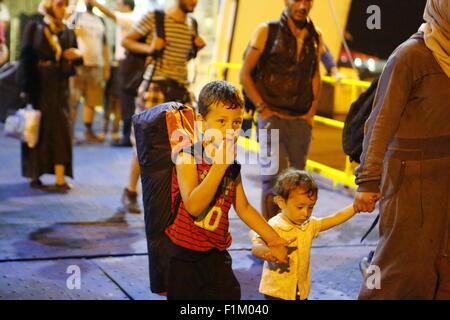 Pireo, Grecia. 03Sep, 2015. Un ragazzo approda il getto di Tera traghetto che lo ha portato dall'isola di Lesbo Foto Stock